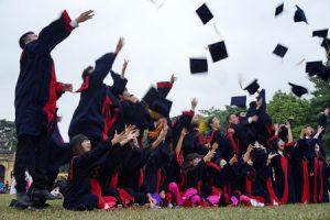 Sau ngày vui của buổi lễ tốt nghiệp, hầu hết sinh viên phải đối mặt với nỗi lo thất nghiệp thường trực với đầy dãy những nguyên nhân đến từ chính các ông cử bà cử